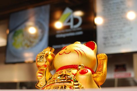 Gold and red maneki-neko cat