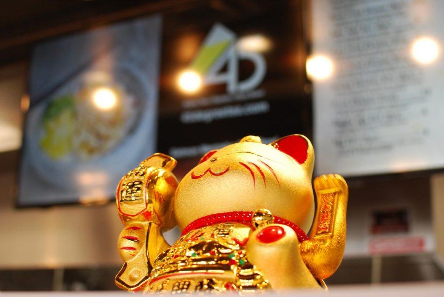 Gold and red maneki-neko cat